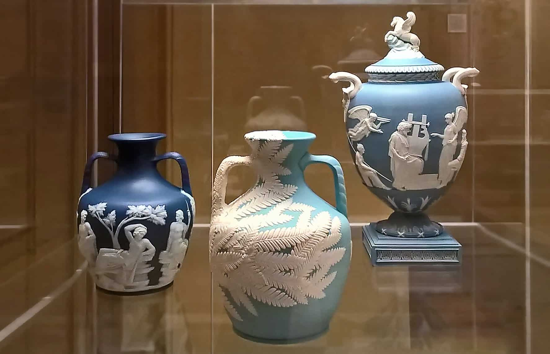 Hitomi Hosono vase in the British Museum alongside a 18th Century Wedgwood vase